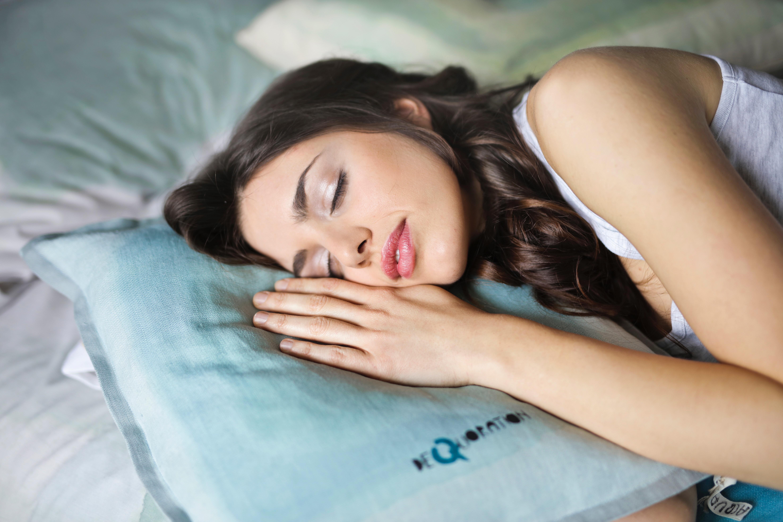 寝る女の人